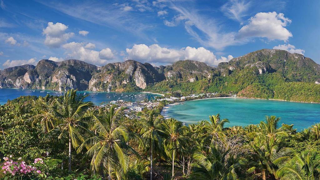 Koh Phi Phi là quần đảo lớn nằm ngoài khơi tỉnh Krabi, được tạo nên từ 6 hòn đào nhỏ, gồm Phi Phi Don, Phi Phi Leh, Mai Phai, Yung, Bida Nok và Bida Noi. Cái tên Koh Phi Phi bắt nguồn từ hình dáng của những hòn đảo. Nếu nhìn từ trên cao xuống, nơi này trông giống như hai chữ P nằm bên nhau. Chính vì thế, người phương Tây đã gọi nơi này bằng tên PP, còn người địa phương đọc lái đi là Phi Phi. Ảnh: Sunrise Divers.