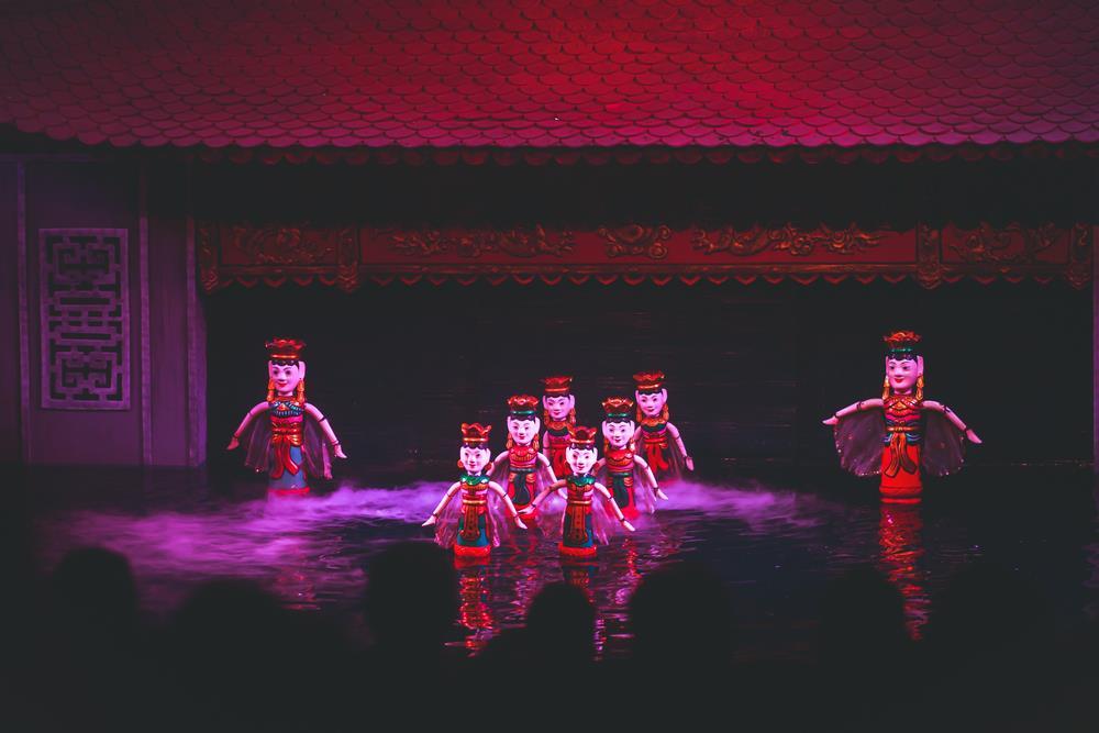 """Khi câu chuyện bên ly cà phê đã hết, du khách nên tiếp tục cuộc hành trình khám phá Hà Nội lúc đêm về. Khu vực Hồ Gươm là nơi được cây viết của Culture Trip lựa chọn bởi có khá nhiều điểm vui chơi nổi tiếng cho dân địa phương lẫn khách du lịch. Piumi gợi ý mọi người không nên bỏ qua những chương trình rối nước đặc sắc. """"Buổi biểu diễn là sự kết hợp giữa âm nhạc và những câu chuyện cổ tích, thần thoại của Việt Nam. Múa rồi nước đã tồn tại hàng thế kỷ, gắn với đời sống nông nghiệp của người dân khi xưa"""", cô viết. Ảnh: Shutterstock."""