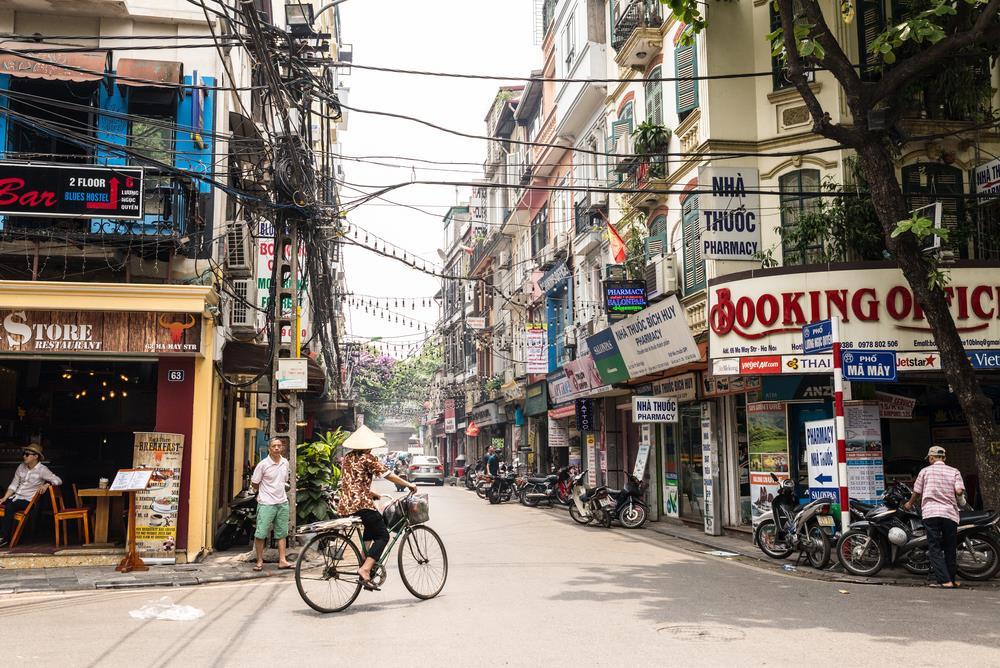 """Culture Trip cho rằng bắt đầu hành trình buổi sáng trên khu phố cổ là một lựa chọn hợp lý. """"Có tổng cộng 16 con phố ở đây để bạn khám phá. Mỗi con phố lại đặt tên theo một mặt hàng chính ở đó. Ví dụ phố Hàng Gai chuyên kinh doanh lụa. Bạn có thể tìm thấy nhiều nhà may rất đẹp ở đây"""", Piumi chia sẻ. Ảnh: Shutterstock."""