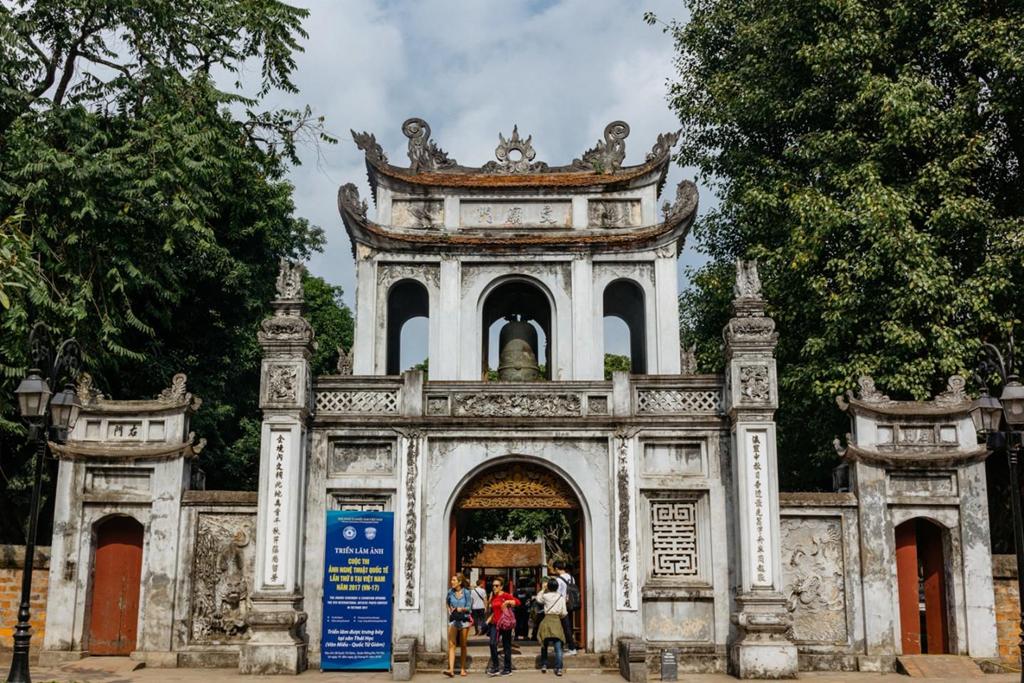 """Nghỉ trưa xong xuôi, du khách tiếp tục ghé thăm Văn Miếu, trường đại học đầu tiên của Việt Nam. """"Văn Miếu là một trong những công trình lâu đời nhất Hà Nội. Mọi người tới đây thường đi dạo, ngắm cảnh hoặc ngồi nghỉ ngơi"""", cô cho biết. Ảnh: Shutterstock."""