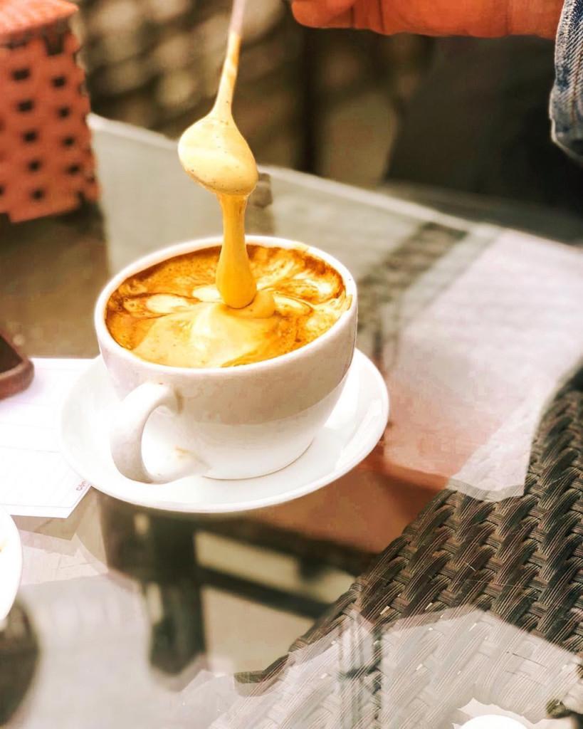 """Phần tiếp theo của hành trình, Piumi đưa mọi người tới cà phê Giảng. Giống như nhiều khách hàng khác, cây viết của Culture Trip đến đây để tìm món cà phê trứng ngon nhất Việt Nam. """"Bạn có thể hỏi chủ quán về câu chuyện đằng sau ly cà phê này. Tôi thấy phần kem giống tiramisu dạng lỏng. Nhâm nhi ly cà phê trứng khi chiều dần buông là một trải nghiệm đáng thử khi đến đây"""", cây viết này nhận xét. Ảnh: Felipasmom, Hongpingo."""