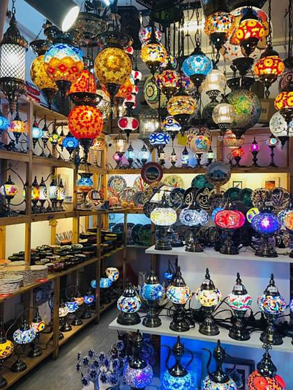 Quầy bán đèn trang trí ở Central Market. Ảnh: NVCC.