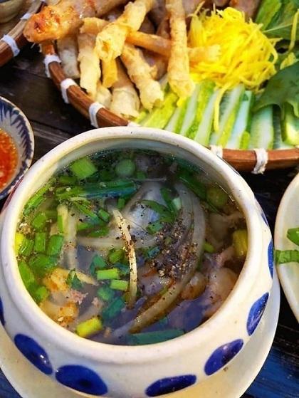 Để món ăn thêm dậy vị, du khách có thể cho thêm hạt tiêu. Ảnh: Phấn Nguyễn.