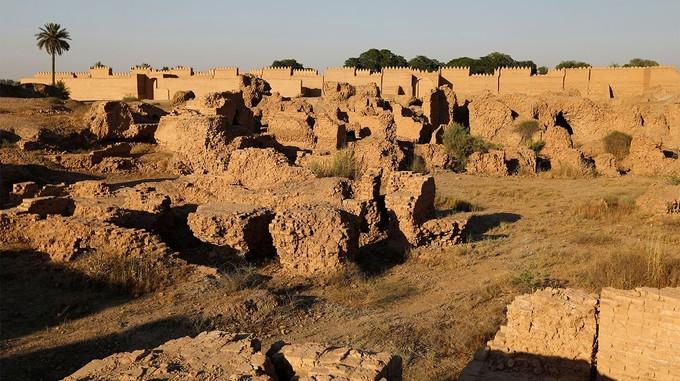Babylon, Iraq  Nằm cách thủ đô Baghdad 85 km về phía nam, di sản văn hóa thế giới mới của Iraq là nơi lưu giữ những tàn tích thuộc về kinh đô của Neo-Babylon, một trong những đế chế có ảnh hưởng lớn nhất trong thế giới cổ đại. Phần còn lại của di sản gồm các bức tường, cổng, cung điện, đền thờ của thành phố cổ. Cùng với vườn treo Babylon, di sản đại diện cho sự sáng tạo của đế chế cổ vào thời kỳ đỉnh cao, nơi đã từng là nguồn cảm hứng cho văn hóa nghệ thuật, văn hóa tôn giáo trên thế giới. Ảnh: Daily Star.