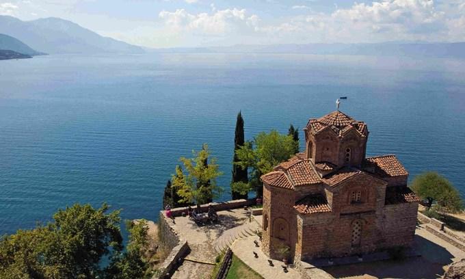 Vùng Ohrid, Albania  Ngoài ra, UNESCO cũng công nhận thêm phần mở rộng ở vùng Ohrid, nằm ở phía Bắc Macedonia (vương quốc cổ đại) là di sản thiên nhiên và văn hoá. Trước đó, một phần của hồ Ohrid và thị trấn cùng tên đã được ghi vào danh sách di sản thế giới năm 1979. Phần mở rộng mới bao gồm một phần phía tây bắc Albania, một phần hồ Ohrid, bán đảo Lin và dải đất dọc theo bờ hồ trải dài tới Macedonia. Bán đảo Lin cũng là nơi lưu giữ tàn tích của nhà thờ một nhà thờ Cơ đốc giáo, xây dựng từ thế kỷ 6. Ảnh: Wanderlust Travel Magazines.