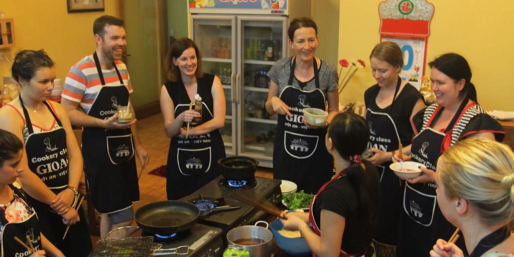 Ở Hội An, du khách có thể tìm thấy một vài lớp dạy nấu bữa tối với giá 20 USD. Tại đây, bạn sẽ học cách làm những món ăn đặc sắc của miền Trung và thưởng thức luôn thành quả của mình. Theo Culture Trip, điểm đến lý tưởng cho du khách muốn trải nghiệm lớp học này là Hai Café, một quán nằm ngay trung tâm phố cổ. Ảnh: Gioancookery.