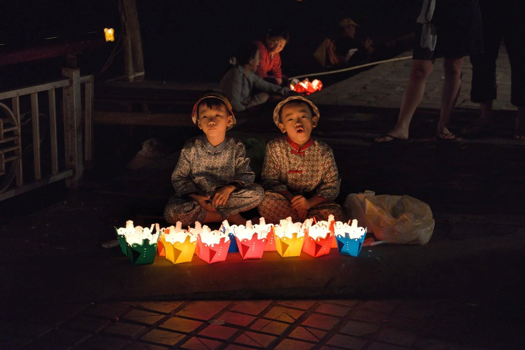 Khi màn đêm buông xuống, Hội An không chỉ lung linh bởi ánh sáng từ những chiếc đèn lồng. Đèn hoa đăng trôi lãng đãng trên sông cũng khiến khu phố thêm phần huyền ảo. Thả đèn hoa đăng là một truyền thống lâu đời với hy vọng đem lại may mắn, hạnh phúc, bình an. Xung quanh khu vực sông Hoài có rất nhiều người bán đèn hoa với giá chỉ khoảng 10.000 đồng/3 chiếc. Khi thả đèn xuống sông, bạn hãy nhớ gửi gắm điều ước của mình. Ảnh: Culture Trip.