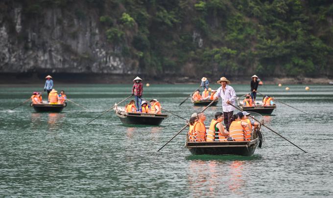 Đi thuyền nan qua hang động  Điểm đến thu hút nhiều du khách tại vịnh Lan Hạ là Hang Sáng - Hang Tối nằm ở khu vực giáp ranh vịnh Hạ Long. Trải nghiệm chủ yếu là đi thuyền tham quan những hang động kiểu hàm ếch với nền ngập nước, len lỏi qua những hòn đảo trong vịnh. Một chiếc thuyền nan có thể chở tối đa 6 khách, giá 15.000 đồng một người.