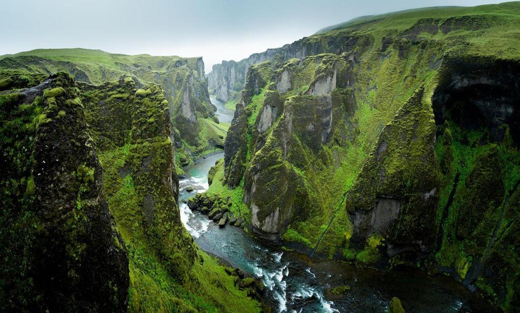 """3. Hẻm núi Fjadrargljufur, Ireland: Sau khi video âm nhạc I'll show you của Justin Bieber phát hành năm 2015, ca sĩ được cho là nguyên nhân đem đến nhiều rắc rối đến với hẻm núi Fjadrargljufur. Một """"cơn bão"""" du khách khắp thế giới đã kéo tới kỳ quan tuyệt đẹp này để check-in, khiến chính phủ Ireland buộc phải đóng cửa vào tháng 6."""