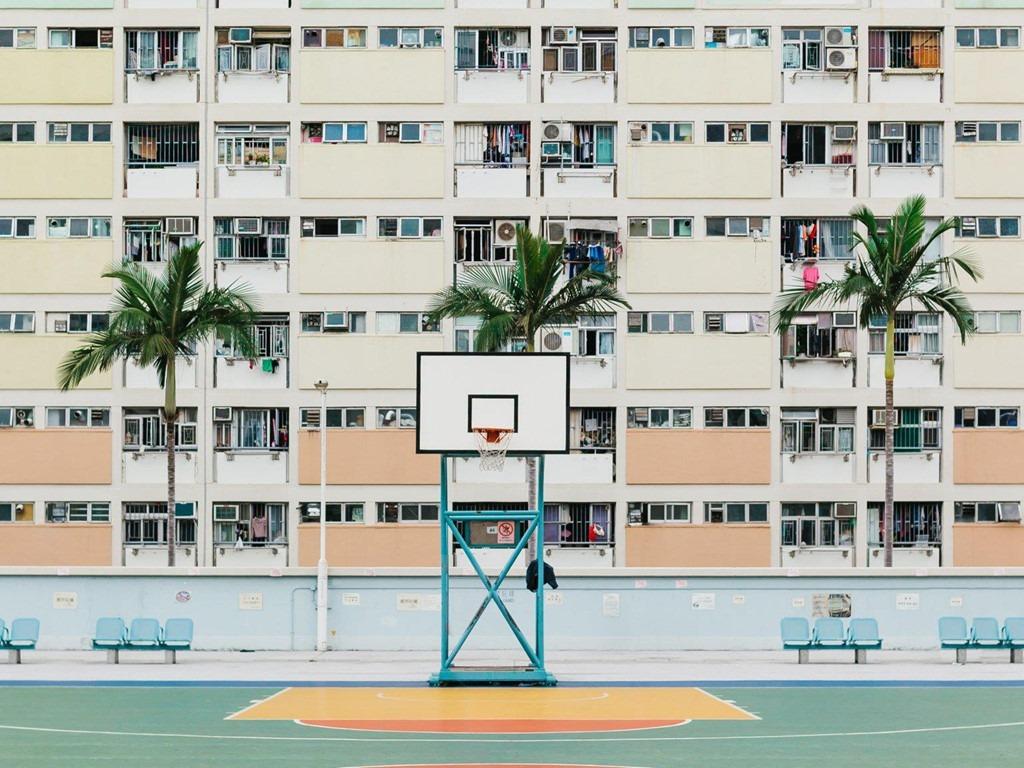 5. Khu vui chơi công cộng ở Hongkong: Sau khi bức ảnh chụp khu vui chơi công cộng Choi Hung trở nên nổi tiếng và đoạt giải thưởng nhiếp ảnh năm ngoái, rất nhiều người đã kéo tới đây để check-in. Sân bóng rổ này thường xuyên trong tình trạng quá tải, gây ảnh hưởng trực tiếp tới những người sống xung quanh.