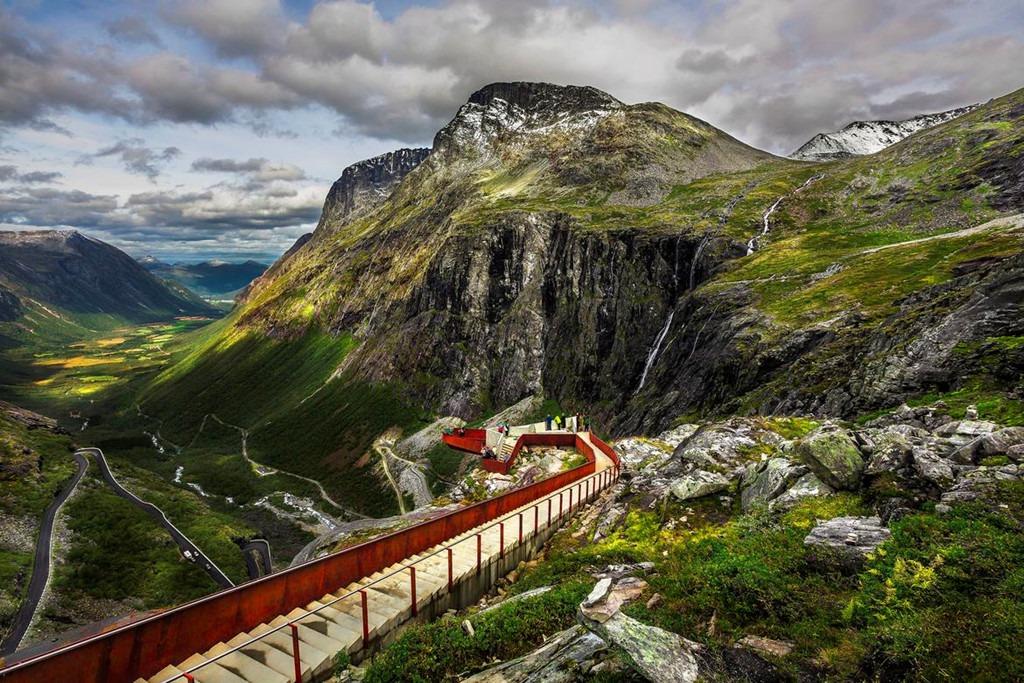 7. Đường đèo Trollstigen, Na Uy: Đoạn đường đèo Trollstigen là địa điểm chụp ảnh nổi tiếng của Na Uy. Du khách tới đây thường lựa chọn ngồi trên vách đá để chụp những bức ảnh lấy trọn vẹn thung lũng mênh mông phía dưới. Mới đây, sau khi một du khách người Litva tử vong đầu tháng 7 vì trượt ngã, cảnh sát địa phương đang cân nhắc khoanh vùng an toàn tại các điểm chụp nguy hiểm.