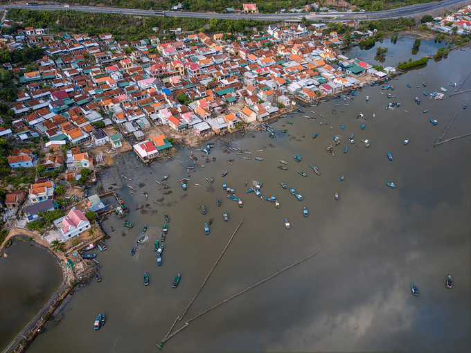 Đầm Nha Phu cách trung tâm thành phố Nha Trang khoảng 15 km về phía bắc, nằm giữa vịnh Nha Trang và Vân Phong. Đầm rộng gần 1.500 ha, đặc trưng với những ngôi nhà ngói đỏ san sát, cạnh khu nuôi trồng thủy, hải sản của người dân địa phương và neo đậu thuyền đánh cá. Khu vực xung quanh đầm Nha Phu có cảnh quan đa dạng với núi, rừng, suối, thác và biển. Những hòn đảo ngoài khơi vẫn còn giữ nét hoang sơ như Hòn Lao, Hòn Thị và Hòn Hèo, phù hợp với các tour tham quan trong ngày của khách du lịch.