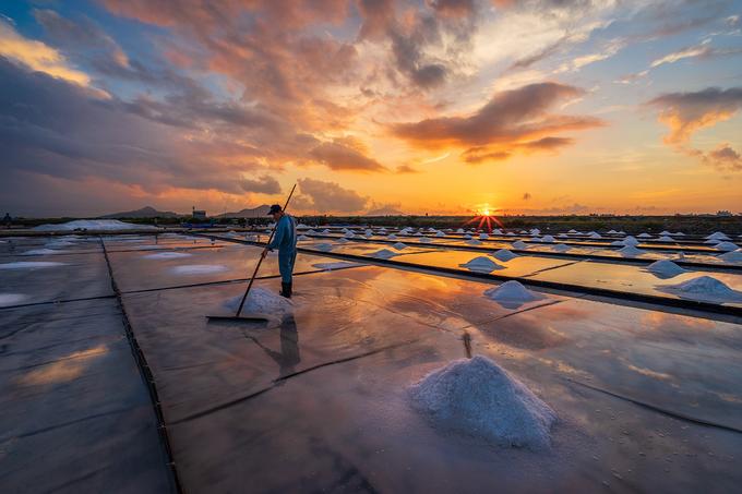 Từ trung tâm Ninh Hòa đi theo quốc lộ 26B khoảng hơn 10 km sẽ đến làng làm muối như Ninh Diêm, Hòn Khói. Du khách có thể cùng diêm dân (người làm muối) trải nghiệm một ngày làm việc trên các ruộng muối. Công việc này phụ thuộc nhiều vào thời tiết. Trời càng nắng, diêm dân càng được mùa, trong khi trời mưa sẽ khiến muối không đủ