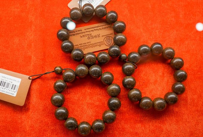 Bảo tàng còn bán trầm hương và các sản phẩm chế tác từ loại gỗ quý này. Vòng đeo tay, đồ phong thủy, thờ cúng, hàng lưu niệm... từ trầm hương có giá lên đến hàng trăm triệu đồng.