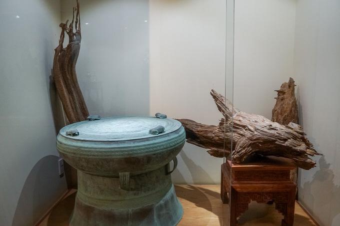 Những khối trầm đặt trong tủ kính trang trí với mô hình trống đồng, nét văn hóa của người Việt ở vùng đồng bằng sông Hồng.