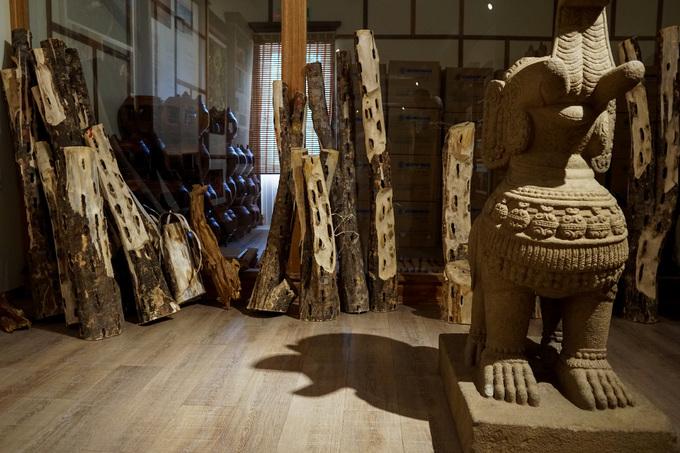 Những khúc cây dó bầu, tác nhân chính hình thành nên trầm hương được trưng bày. Rải rác trong bảo tàng còn đặt các mô hình tượng voi chiến, linga, nữ thần... của nền văn hóa Chăm một thời rực rỡ ở miền trung Việt Nam.