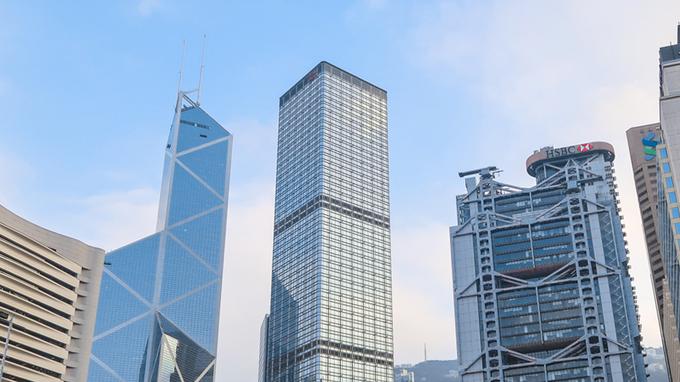 Cheung Kong Centre Vào những năm 90, tòa cao ốc Cheung Kong Centre mọc lên giữa tháp Bank of China và tòa nhà HSBC, do đó các nhà thiết kế phải hóa giải thế xấu. Để tránh