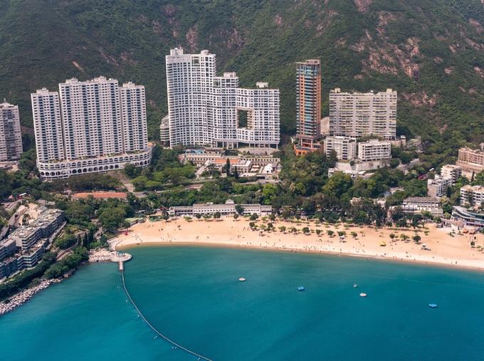 Tòa nhà Repulse Bay Hong Kong có địa thế đẹp, sơn thủy hữu tình. Người dân ở đây tin rằng những cơn gió thổi ra bờ biển chính là rồng bay từ trên núi xuống uống nước và rồng tượng trưng cho sức mạnh, phú quý, may mắn. Do đó khi bay lượn, chúng sẽ tạo ra năng lượng tốt cho hòn đảo. Người Hong Kong cho rằng bất kỳ tòa nhà chọc trời nào chặn đường bay của rồng đều tạo ra hung khí. Để hóa giải, nhiều cao ốc thường chừa một khoảng trống - gọi là