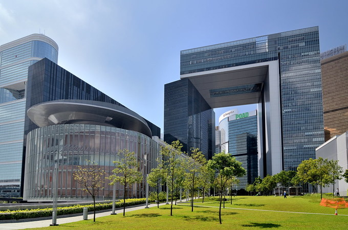 Khu liên hợp Chính quyền Trung ương (The Central Government Complex) Đây là trụ sở của chính quyền Hong Kong, từng được đặt tại quận Central của hòn đảo. Từ năm 2011, trụ sở chuyển đến một địa điểm mới tại Tamar gần bến cảng Central. Tòa nhà được thiết kế với khái niệm