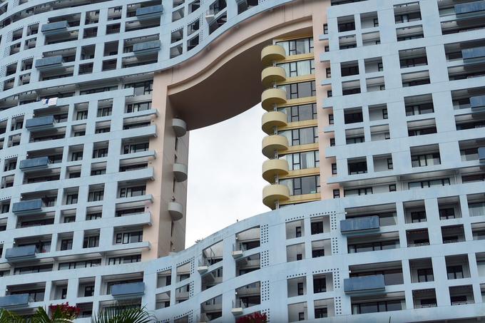 Thực tế, lỗ hổng này tồn tại không vì lý do phong thủy hay cắt giảm chi phí. Chúng mở đường cho ánh sáng, giúp các tòa nhà hòa hợp với không gian xung quanh. Khi những tòa nhà chọc trời mọc lên ngày càng nhiều, thiết kế này ngày càng được nhân rộng ở Hong Kong để chia sẻ tầm nhìn và tạo khoảng trống cho các luồng gió lưu thông, theo CNN. Ảnh: PxHere.