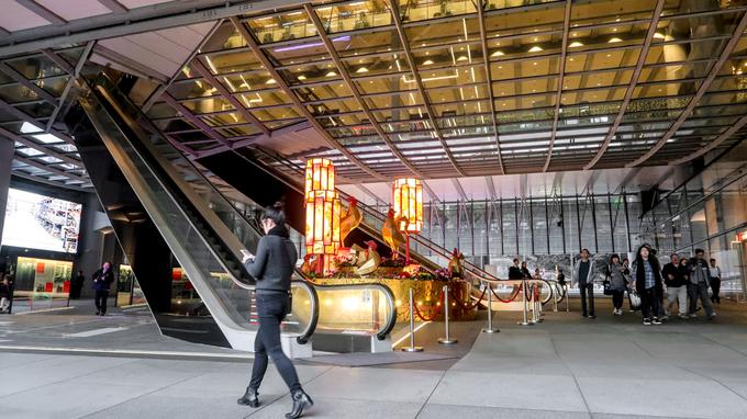 Vốn được đánh giá là kiến trúc có phong thủy đẹp bậc nhất Hong Kong, tòa nhà không có tầng trệt mà được xây cao khỏi mặt đất, tạo khoảng trống để hút cát khí vào bên trong. Bạn có thể cảm thấy những cơn gió mạnh khi đứng ở lối ra vào tòa nhà, nhưng không gian bên trong rất tĩnh lặng. Thang máy dẫn lên tầng một cũng được đặt theo một góc đặc biệt để ngăn năng lượng xấu thâm nhập tòa nhà. Ảnh: Eunice Lim.