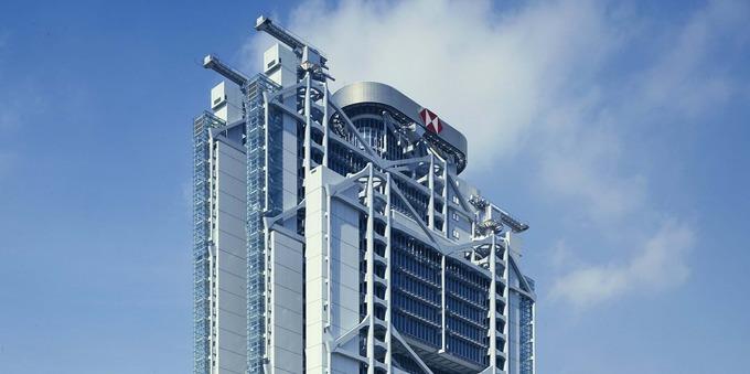 Sau khi một tháp ngân hàng khác hoàn thành gần đó, phần kiến trúc như hai nòng pháo được dựng thêm trên nóc tòa HSBC như để phản lại vận khí xấu từ đối thủ cạnh tranh. Ảnh: Foster + Partners.