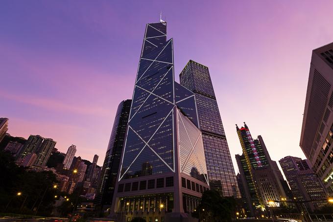 Tháp Bank of China Là thiết kế của kiến trúc sư I.M. Pei, tòa tháp có hình lăng trụ tam giác, lấy cảm hứng từ búp măng. Theo trường phái biểu hiện, nó chính là một trong những công trình thể hiện mạnh mẽ nhất kiến trúc hiện đại của Hong Kong. Tuy nhiên, tòa nhà nổi tiếng này lại bất tuân những quy tắc cơ bản về phong thủy. Các chuyên gia nhận định hình dáng lăng trụ tam giác như lưỡi dao chặn hết cát khí, và toát ra hung khí. Ảnh: Daniel Fung.