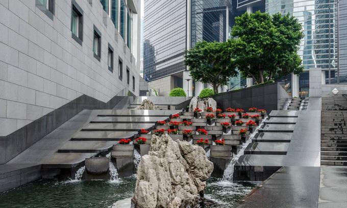 Sau khi bị dư luận chỉ trích vì thiết kế xấu, ban quản lý tòa nhà quyết định xây thêm một thác nước nhỏ, đặt đá phong thủy, trồng thêm cây cảnh xung quanh. Ảnh: Robin Hickmott.