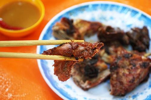 Thịt chuột nướng ăn rất giống thịt gà. Ảnh: Di Vỹ.