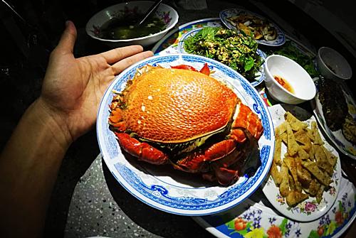 Cua huỳnh đế  Phần lớn cua huỳnh đế được hấp với sả, khi chín vỏ đỏ rực, nóng hổi và thơm. Chấm với muối tiêu ớt xanh và mù tạt là cách tận hưởng thịt cua. Bạn có thể tìm món ăn tại quán chị Tý trên đảo. Ảnh: @wecheckinvn.