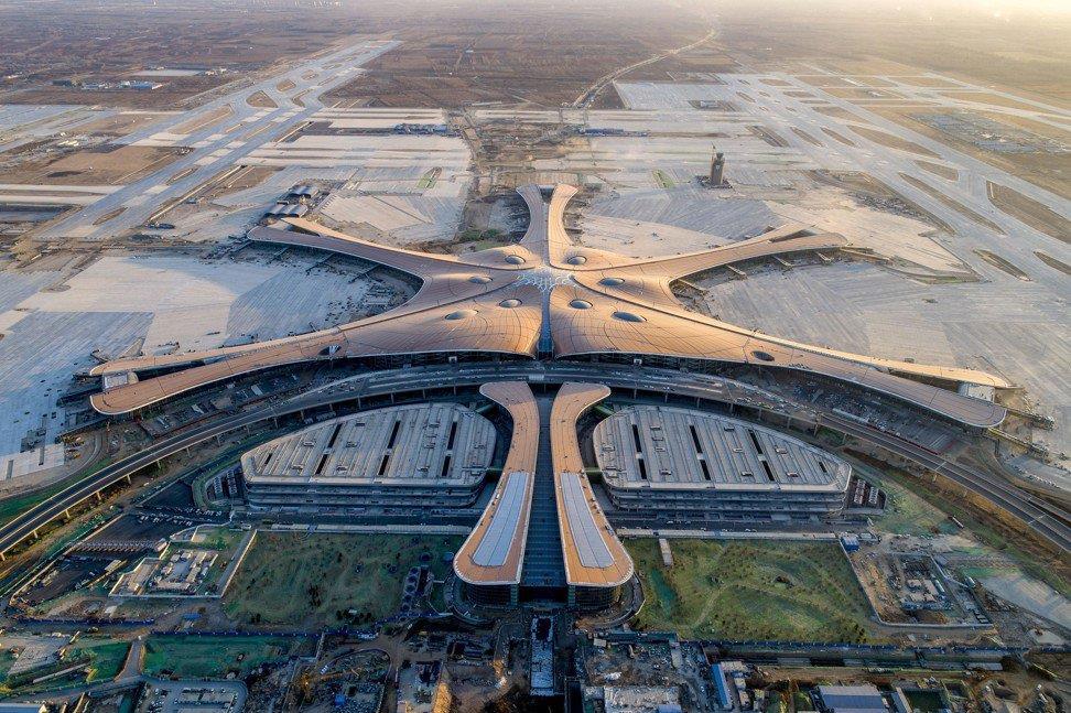 Sân bay quốc tế Đại Hưng được thiết kế bởi Zaha Hadid, kiến trúc sư người Anh. Theo dân gian Trung Quốc, hình ảnh rồng và phượng tượng trưng cho sự thịnh vượng. Nếu sân bay quốc tế Bắc Kinh lấy cảm hứng từ rồng, Đại Hưng lại khiến người ta liên tưởng đến hình ảnh phượng hoàng. Ảnh: SCMP.