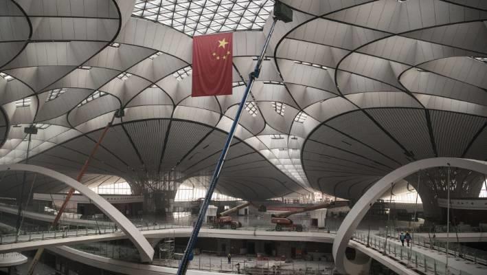 Sân bay có 4 đường băng và một nhà ga với diện tích 313.083 m2, chứa được 72 triệu hành khách cùng 2 triệu tấn hàng hóa mỗi năm. Số lượng hành khách dự kiến trong mục tiêu dài hạn của Đại Hưng sẽ biến nơi đây trở thành một trong những sân bay sầm uất nhất thế giới. Ảnh: Getty.