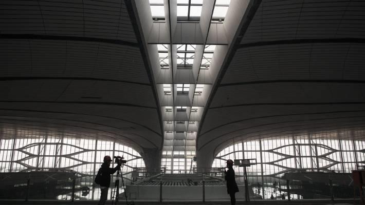 Các bức tường được lắp kính thông minh có khả năng tiếp nhận tối đa ánh sáng, phục vụ phát điện mặt trời, tiết kiệm năng lượng. Hiện tại, quá trình thi công dần hoàn thiện. Công nhân đang trong thời gian kiểm tra lại mái, sàn, lau dọn vệ sinh... Sân bay dự kiến mở cửa vào tháng 9 năm nay. Ảnh: Getty.