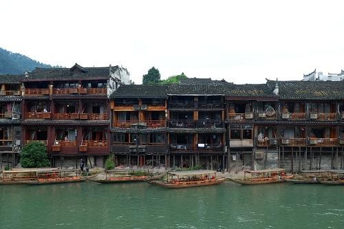 Sau trận lũ lớn năm 2010, những ngôi nhà bên sông Đà Giang đã được gia cố bằng gạch và xi măng. Ảnh: Lan Hương.
