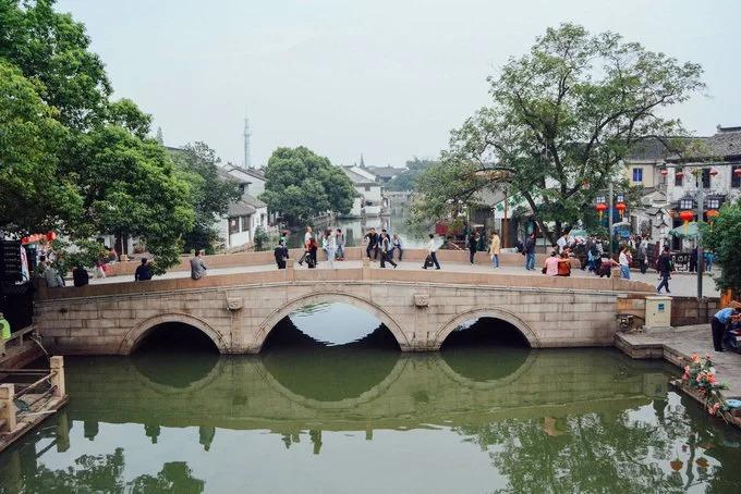 Tô Châu thuộc vùng sông nước Giang Nam xưa kia, nơi có hệ thống kênh rạch chằng chịt cùng rất nhiều thị trấn cổ nổi tiếng với khách du lịch như Châu Trang, Tây Đường, Thất Bảo..., cách thành phố Thượng Hải không xa.