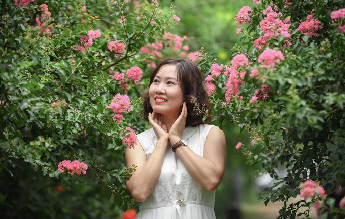 Những chùm hoa sà xuống ngang tầm mắt, nhiều du khách đánh giá là phù hợp để vừa chụp ảnh lại lấy bóng râm.