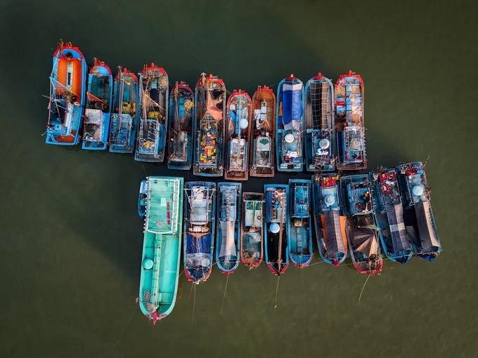 Các ghe tàu neo đậu tại cảng Hòn Rớ thuộc xã Phước Đồng, cách trung tâm TP Nha Trang (Khánh Hòa) khoảng 7 km về hướng đông nam. Đây là một trong những cảng cá lớn nhất vùng duyên hải Nam Trung Bộ, chuyên phục vụ tàu đánh bắt xa bờ. Ảnh: Phạm Hưng.