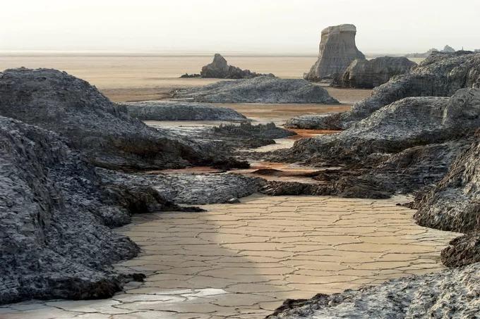 Nằm ở trung tâm vùng Sừng châu Phi, Danakil là nơi hẻo lánh và khắc nghiệt nhất trên hành tinh. Dưới ánh mặt trời thiêu đốt và ở độ sâu 125 m so với mực nước biển, nơi đây có nhiệt độ trung bình quanh năm là 34,4 độ C. Ảnh: The Atlantic.