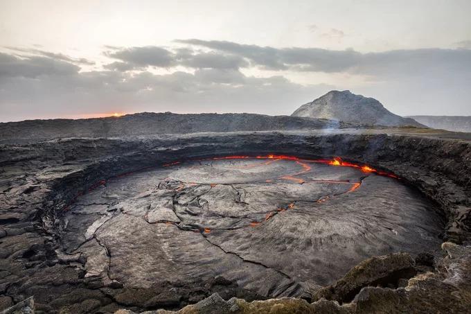 Do thu nhập không cao, người Afar cũng làm thêm công việc khác như chở đồ cho du khách - những người muốn qua đêm trên đỉnh Erta Ale để chụp ảnh. Hầu hết các du khách tới đây đều tham quan ngọn núi lửa cao 600 m này với hồ dung nham hiếm có trên thế giới. Ảnh: The Atlantic.