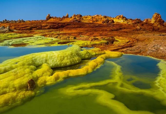 Được hình thành do sự va chạm của những mảng kiến tạo ở biên giới Ethiopia, Eritrea và Djibouti, vùng trũng Danakil sở hữu kỳ quan địa chất tuyệt đẹp. Nơi đây có những cánh đồng thủy nhiệt đầy màu sắc, chảo muối khổng lồ và hồ nước nóng đầy hóa chất bên dưới là dòng dung nham ngầm sôi sục. Ảnh: The Atlantic.