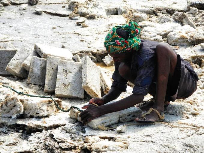 Hàng ngày, mỗi người có thể cắt được khoảng 120 khối muối nặng 4kg và nhiều hơn là 150 viên. Ảnh: Andy Explores.