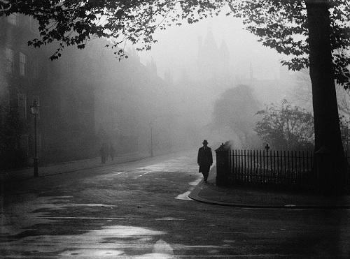 Một ngày sương mù bao trùm một khu vực ở London năm 1932. Ảnh: New York Times.