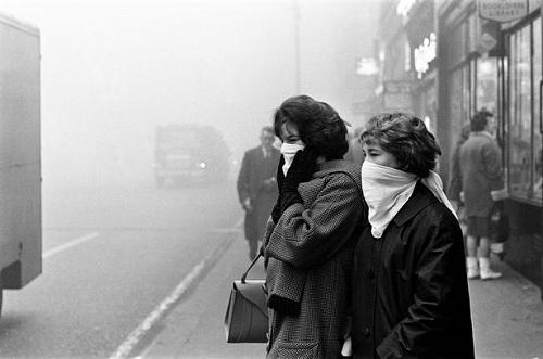 Người dân che mặt để chống chọi với sương mù. Ảnh: Mirror.
