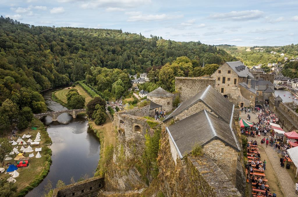 Bouillon: Nằm bờ sông Semois, cách biên giới Bỉ - Pháp không xa, Bouillon nổi tiếng với những tòa lâu đài hùng vĩ trải dài bên bờ sông uốn lượn, yên bình. Giữa tiết trời nắng nhẹ và nền nhiệt ở mức 22 độ C, du khách có thể lên đường khám phá những khu rừng tươi tốt ở thung lũng Semois. Ảnh: Flickr.