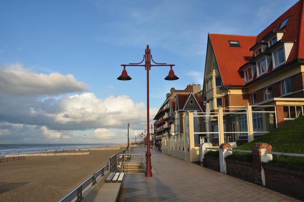 De Haan: Thị trấn De Haan là một trong những danh lam thắng cảnh của bờ biển Bỉ. Với vị trí gần bờ biển, nhiệt độ ngoài trời trong những ngày hè ở đây mát mẻ hơn với 19 độ C. Bạn thỏa sức ngắm nhìn những tòa nhà đẹp mắt và các con đường uốn lượn nên thơ giữa mùa hè mà không lo phải chịu cảnh tiết trời nóng đổ lửa. Ảnh: Brodyaga.