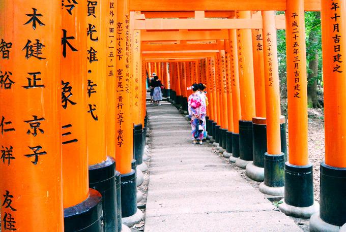 Đền Fushimi Inari-taisha nổi tiếng với dãy cổng đỏ nổi bật. Ảnh: Nguyên Chi.