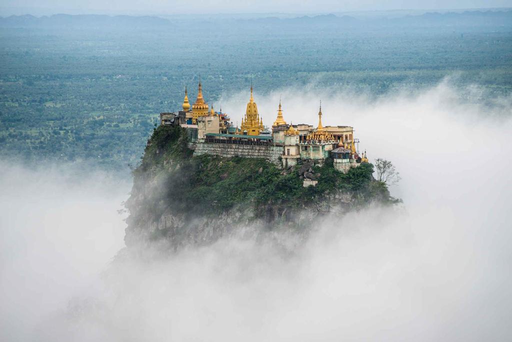 Đứng trên đỉnh Popa, ngọn núi linh thiêng nổi tiếng của Myanmar, nhìn về phía tây nam, bạn sẽ thấy Taung Kalat, tu viện dát vàng nằm ở độ cao khoảng 737 m so với mực nước biển. Du khách còn có thể được chiêm ngưỡng Taung Kalat từ sông Ayeyarwady cách đó 60 km. Ảnh: Staff Travel Voyage.