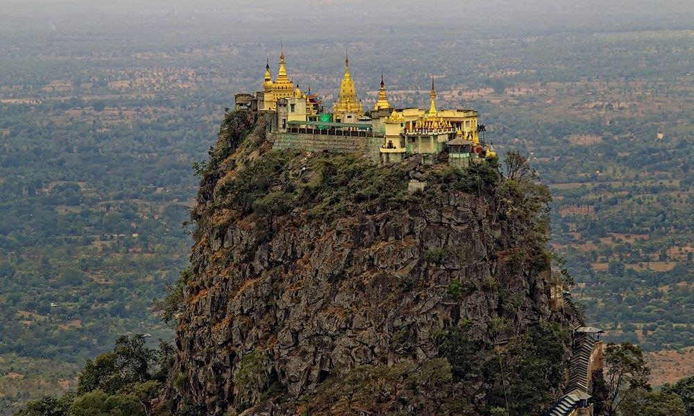 Những người bước lên được bậc cao nhất sẽ được chiêm ngưỡng cảnh đẹp tuyệt vời. Phóng tầm mắt về phía tây, bạn sẽ bị hấp dẫn bởi vùng đất của những ngôi đền huyền bí Bagan. Ngoảnh mặt sang hướng đông, hiện lên trước mắt du khách là tòa tháp vàng trên đỉnh Taung Ma-gyi nổi tiếng. Ảnh: Twitter.
