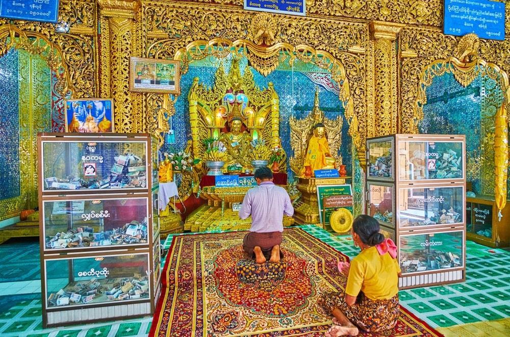 Địa điểm này được hồi sinh vào đầu thế kỷ 20 bởi nỗ lực của U Khandi (1868 - 1949), một ẩn sĩ đồng thời là người tổ chức phát triển và tái thiết một số tu viện ở Miến Điện. Trên đỉnh đồi, một quần thể gồm những tòa nhà đẹp với 5 ngôi chùa mạ vàng được xây dựng. Ảnh: EFesenko.