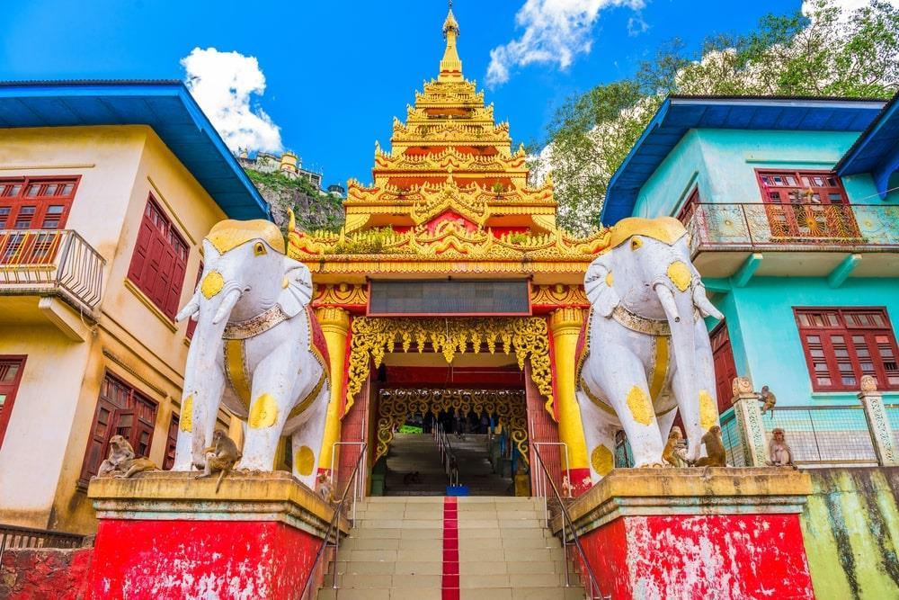 Taung Kalat trở thành địa điểm hành hương quan trọng của người dân Myanmar, là chốn để chiêm bái các nat, những linh hồn được tôn thờ ở Miến Điện. Các nhà sư hiện tại vẫn sống ở đây. Vào dịp trăng tròn, tu viện đón rất nhiều du khách hành hương dưới chân vách đá, bước qua 777 bậc thang để lên tới đỉnh núi. Ảnh: Sean Pavone.